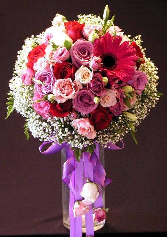 Beau bouquet de roses et muguet